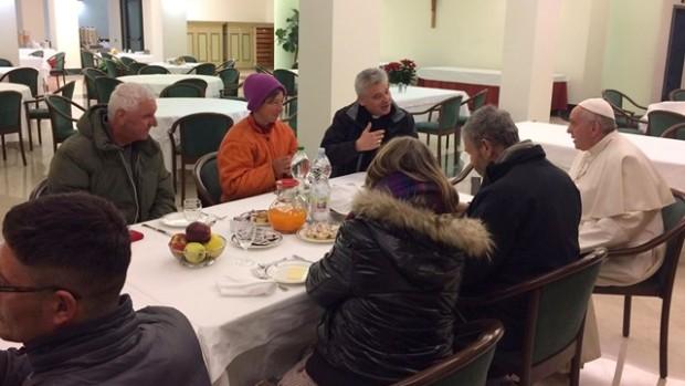 Le Pape partageant son petit déjeuner  avec des sans-abris pris en charge par l'aumônerie apostolique le 17 décembre 2016, à l'occasion de son 80e anniversaire