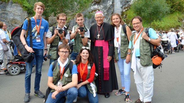 Membres de l'équipe Com' du Pélé Jeunes 2017 accompagnés de Mgr Luc Ravel.