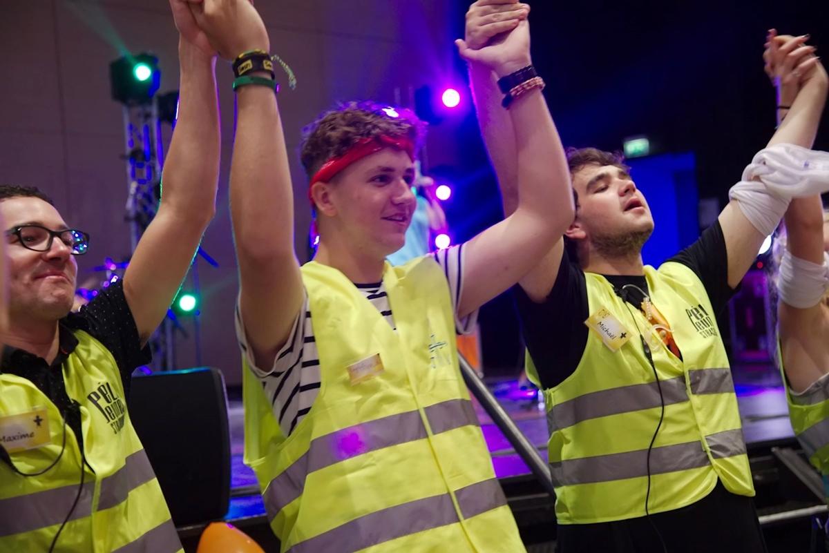 Des JV animent les chants pendant le lancement du carrefour.