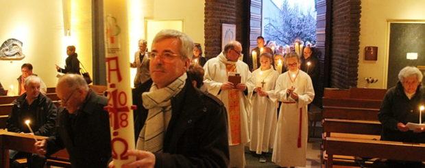 Holtzwihr Veillée pascale Le cierge pascal, porté par les présidents de fabrique des quatorzes communes, rejoint l'église sam 31 mars 18