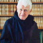 Père Irénée Fransen au milieu de ses nombreux livres d'études bibliques.