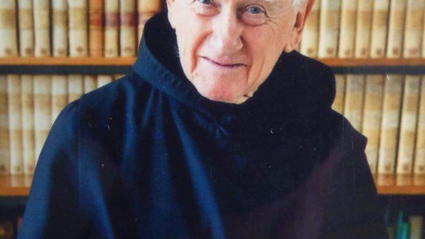 Père Irénée Fransen au milieu de ses nombreux livres d études