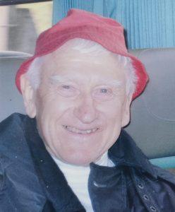 Le père Fransen porte un bob rouge à chacun de ses voyages.