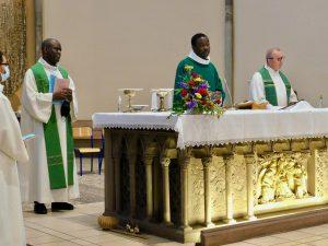 Benjamin Ngyama entouré de Joseph Lumbala et Marc Kalinowski, fête ses 5 années de Sacerdoce