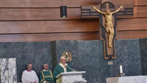François célèbre la messe dans la paroisse Sainte Marie Joseph du Cœur de Jésus en périphérie de Rome